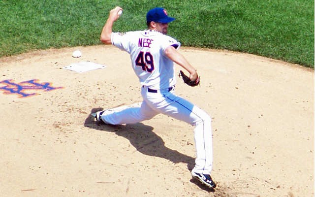 Mets pitcher Jon Niese at foot strike